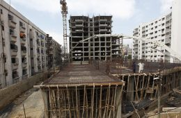 Laborers work on a building construction site in Karachi, Pakistan February 25, 2016. Karachi property prices jumped 23 percent last year to a record high, outpacing other large cities and the national average of 10 percent, data from property website Zameen.com showed. Picture taken Febraury 25, 2016.  REUTERS/Akhtar Soomro